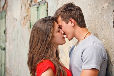 how soon after you start dating should you kiss